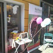 Das Mariahilferstraßenfest ist in vollem Gange: Wir vergeben Strickmodelle, Probeknäuel und Zeitschriften gegen Spenden für Welthaus-Projekte in Tansania. Ein paar Schnäppchen warten... --- #maschenwerkstattgraz #maschenwerkstatt #MariahilferStraßenfest #graz #mariahilferstraße #spenden #welthaus #straßenfest