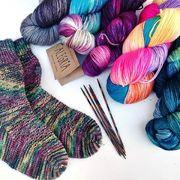 Irgendwann wird es ja doch kühler werden müssen. Dann passen Socken aus @manosdeluruguayyarns Alegria perfekt! Mit dieser handgefärbten, fair gehandelten Sockenwolle wird jedes Paar ein Unikat. --- #maschenwerkstattgraz #maschenwerkstatt #manosdeluruguay #alegria #manosalegria #yarnlove #yarn #socken #sockenwolle #knittersofinstagram #kniststagram #knitpro